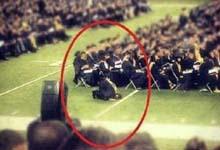 نمازخواندن یك دانشجو هنگام مراسم فارغ التحصیلی درآمریکا
